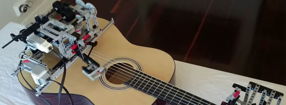 Robot z Lega hraje na kytaru